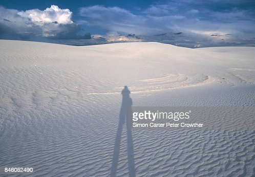 USA, New Mexico, White Sands National Park, schaduw van man op zand-duin.