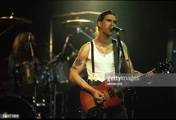 New Model Army Musikgruppe Rockmusik GB Saenger und Gitarrist Justin Sullivan Auftritt 1989