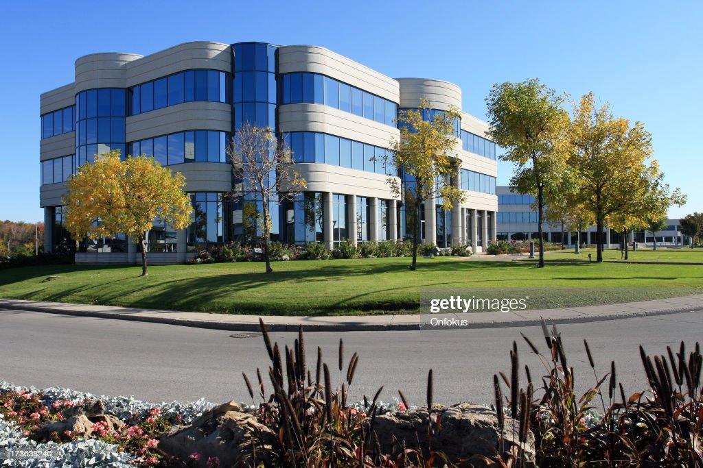 Immeuble de bureaux modernes et campus photo getty images