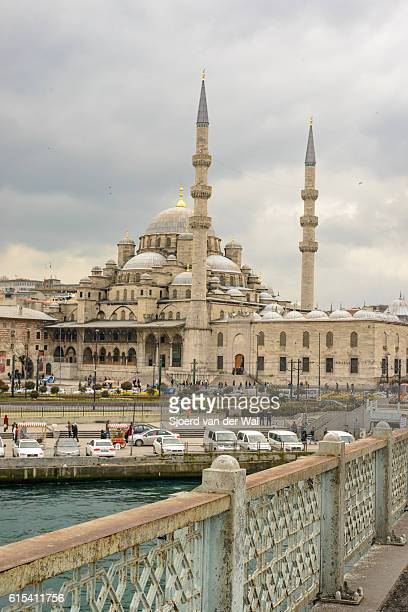 "new mosque or yeni cami  in istanbul turkey. - ""sjoerd van der wal"" stockfoto's en -beelden"