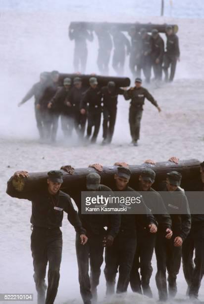 new navy seal recruits - navy seals de los estados unidos fotografías e imágenes de stock