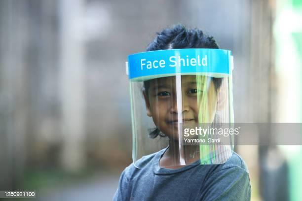 新しい法線。女の子は顔の盾を使用します - フェイスシールド ストックフォトと画像