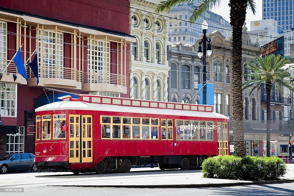 ニューオーリンズ鮮やかなレッドの路面電車移動に囲まれ、手の平と旗 : ストックフォト