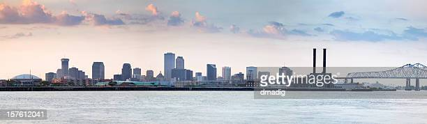 new orleans cityscape beyond the mississippi river before sunset - louisiana superdome stock pictures, royalty-free photos & images