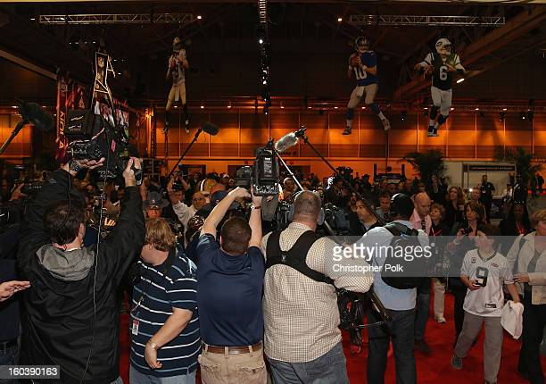 New Orleans LA NFL player Deuce McAllister with the Vince Lombardi Trophy As the Official Delivery Service Sponsor of the NFL FedEx ensured the safe...