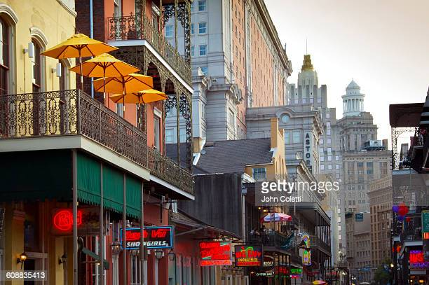 new orleans, louisiana - ニューオリンズ バーボンストリート ストックフォトと画像