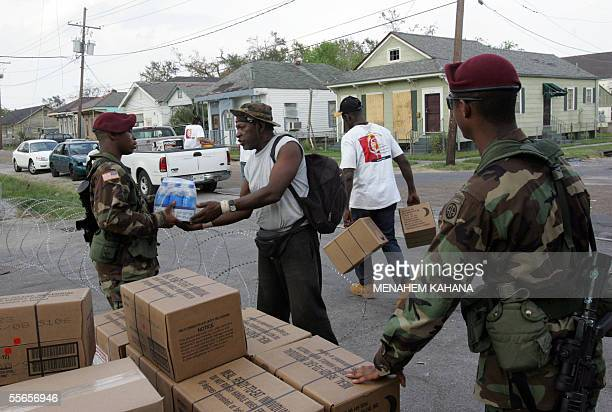 New Orleans, UNITED STATES: US soldiers of the 82nd Airborne Division distribute food and water in the New Orleans neighborhood of Algiers 16...