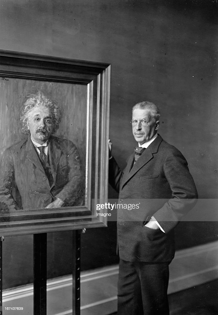 New painting of the physicist Albert Einstein from the painter John Philipp (right). About 1930. Photograph. (Photo by Imagno/Getty Images) Ein neues Bildnis vom Physiker Albert Einstein vom Maler John Philipp (rechts). Um 1930. Photographie.