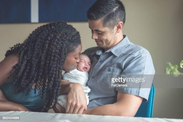 os novos pais aconchegue-se com sua filha recém-nascida - família de um filho - fotografias e filmes do acervo