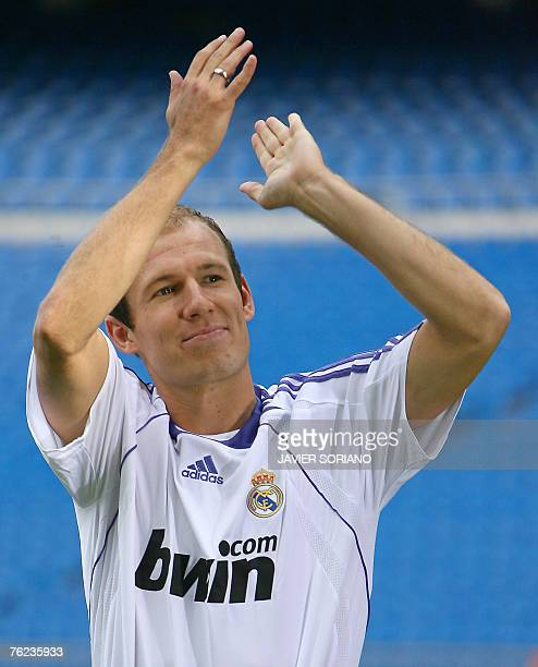 New Real Madrid football player Arjen Robben of the Netherlands claps 23 August 2007 during his presentation at Santiago Bernabeu stadium in Madrid...