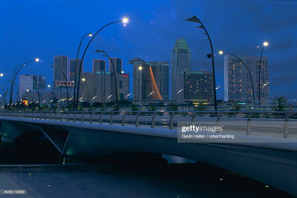 New Road Bridge (February 1998) across Marina Bay to new skyscraper area of Marina Square, Marina Bay, Singapore, Asia : Foto de stock