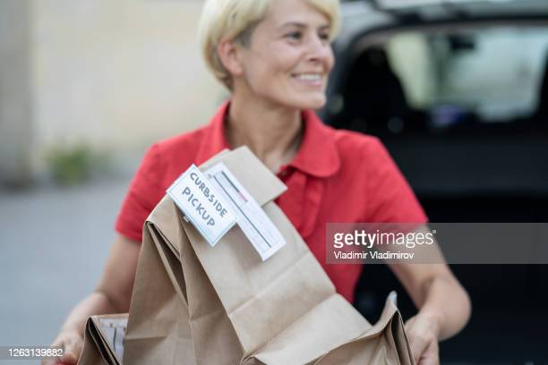 new service after coronavirus pandemic for shopping delivery - curbside pickup stock pictures, royalty-free photos & images