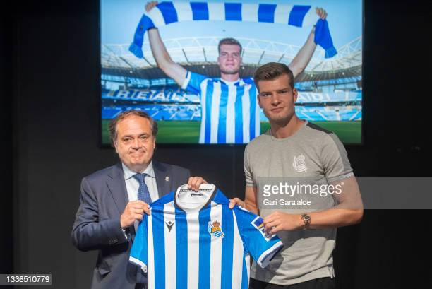 New Signing Alexander Sorloth poses with his jersey next to President Jokin Aperribay before the press conference on August 26, 2021 in San...