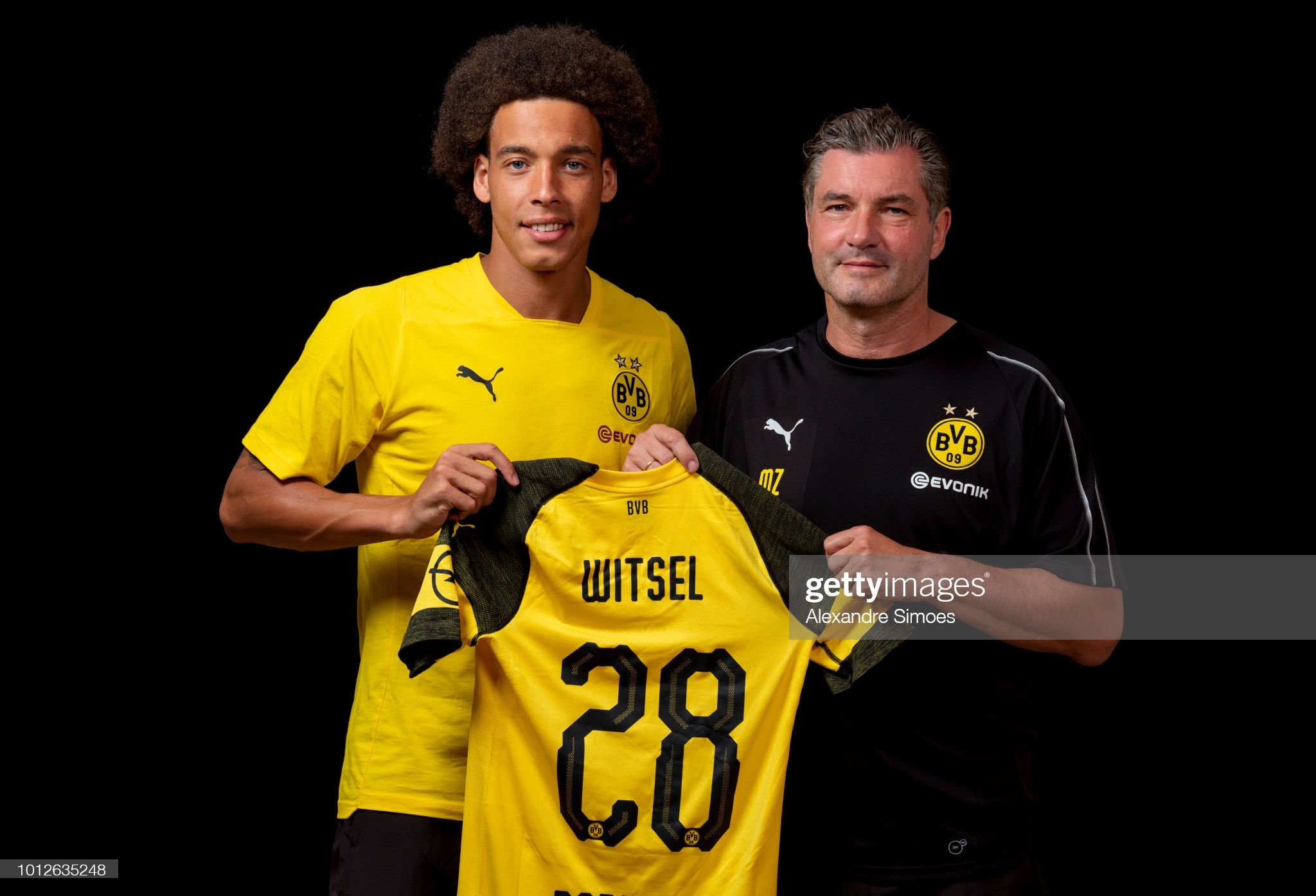 ¿Cuánto mide Michael Zorc? - Real height New-signing-axel-witsel-of-borussia-dortmund-poses-with-michael-zorc-picture-id1012635248?s=2048x2048