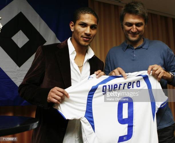 New signing Jose Paolo Guerrero with his new shirt and Dietmar Beiersdorfer, director of HSV during the press conference of Hamburger SV at the...