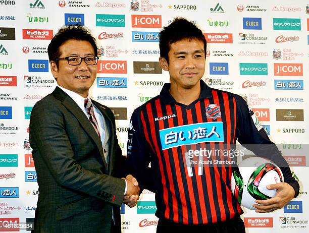 New signing Junichi Inamoto of Consadole Sapporo shakes hands with president Yoshikazu Nonomura during his joining press conference on January 16...