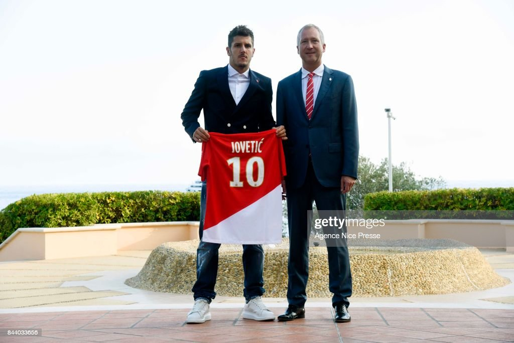 ¿Cuánto mide Stefan Jovetic? - Real height New-signing-player-of-as-monaco-stevan-jovetic-with-president-vadim-picture-id844033656