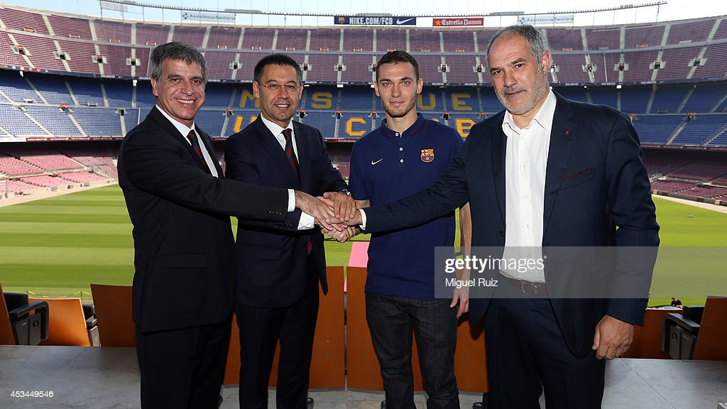 ¿Cuánto mide Josep Maria Bartomeu? - Altura - Página 2 New-signing-thomas-vermaelen-poses-with-fc-barcelona-president-josep-picture-id453449546