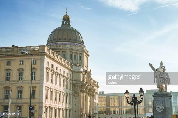 冬の日に歴史的なベルリンの新しいスタツクロス - ベルリン王宮 ストックフォトと画像