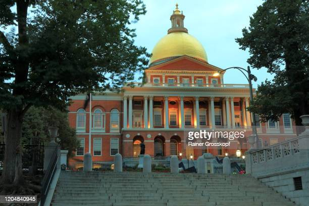 new state house in boston illuminated at dusk - rainer grosskopf fotografías e imágenes de stock