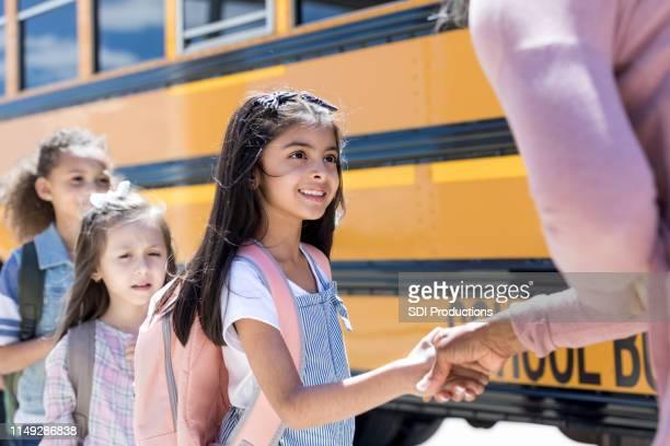 il nuovo studente stringe la mano all'insegnante - maestra foto e immagini stock