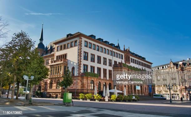 new town hall - wiesbaden, germany - weitwinkelaufnahme stock-fotos und bilder