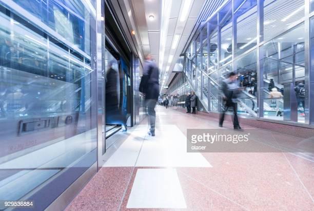 nieuwe perron station stockholm city - metrostation stockfoto's en -beelden
