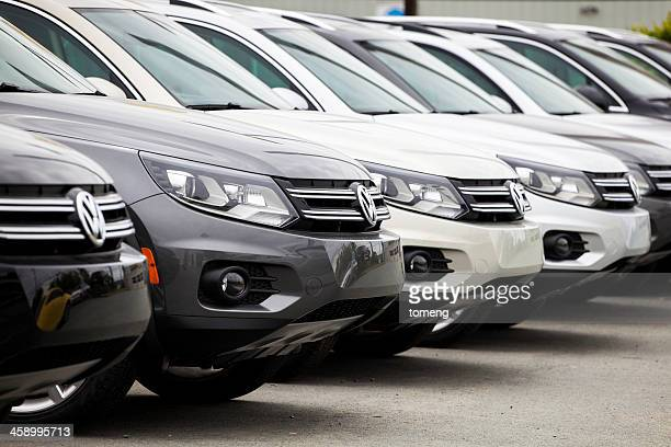 Nuevo Volkswagen tiguán coches en una fila.