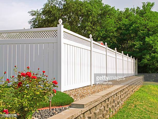 new white vinyl fence - hek stockfoto's en -beelden