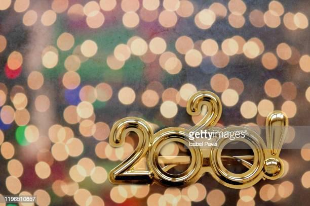 2020 new year glasses and colorful lights - nieuwjaarsreceptie stockfoto's en -beelden