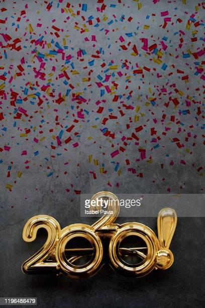 2020 new year glasses and confetti on black background - nieuwjaarsreceptie stockfoto's en -beelden