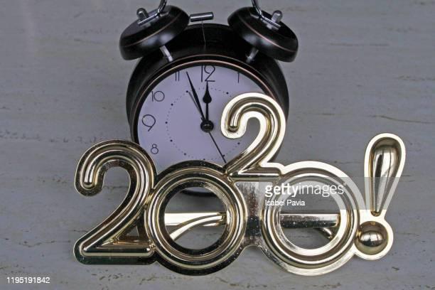 2020 new year glasses and vintage alarm clock. new year concept - nieuwjaarsreceptie stockfoto's en -beelden