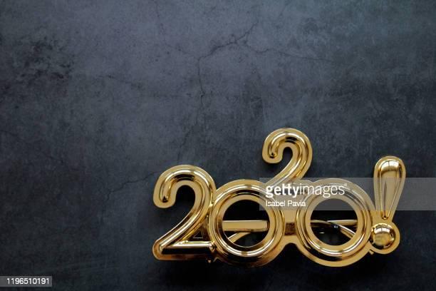 2020 new year glasses on black background - nieuwjaarsreceptie stockfoto's en -beelden