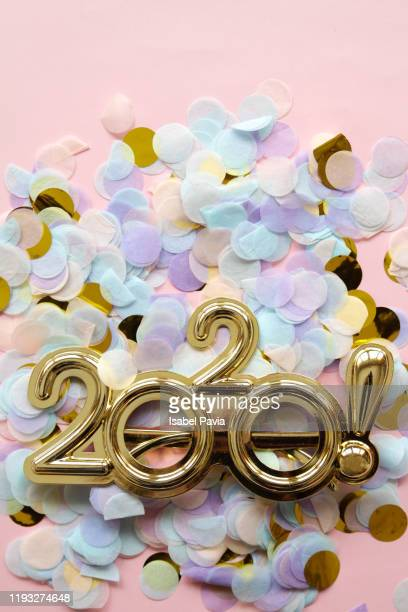 2020 new year glasses on confetti background - happy new month - fotografias e filmes do acervo