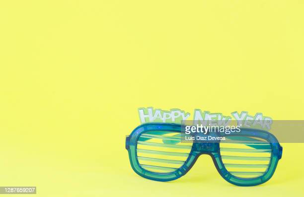 new year glasses on yellow background - この撮影のクリップをもっと見る 2025 stock pictures, royalty-free photos & images
