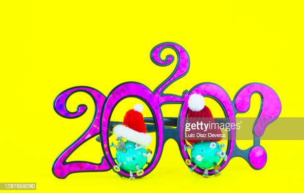 202? new year glasses with coronavirus (covid-19) - この撮影のクリップをもっと見る 2025 stock pictures, royalty-free photos & images