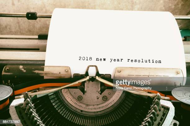 2018 new year resolutions typed on vintage typewriter - 2018 - fotografias e filmes do acervo