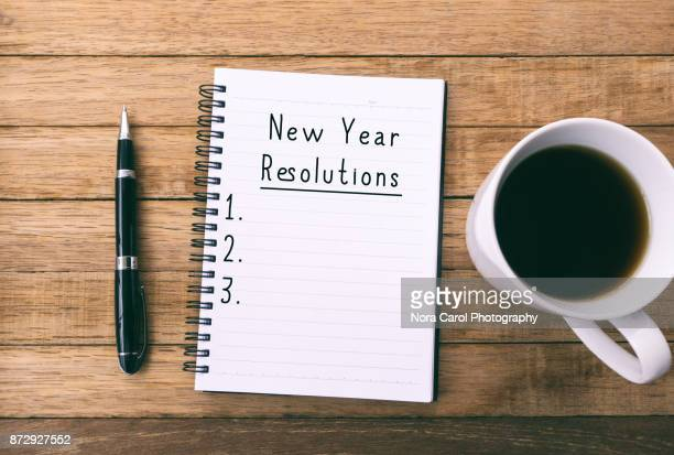 new year resoultion on note pad - gennaio foto e immagini stock