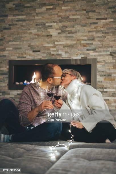自宅での大晦日のキス - 30 39 years ストックフォトと画像