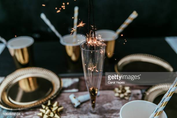 new years eve table with sparky lights - brindisi capodanno foto e immagini stock