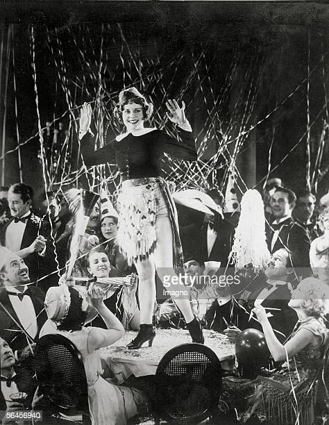 New years party in Hollywood Girl dancing on a table Photography about 1930 [Silvesterfest in Hollywood Leicht geschuerztes Maedchen tanzt inmitten...