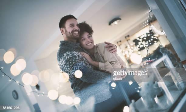 fête romantique du nouvel an. - passer le bras autour photos et images de collection