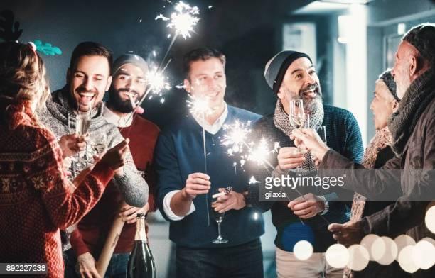 new year's rooftop party. - brindisi capodanno foto e immagini stock