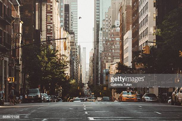new york avenue at morning - stadsstraat stockfoto's en -beelden