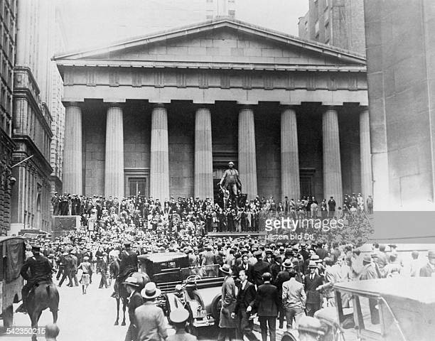 New York 'Black Thursday' People gathering at Wall Street in front of the New York Stock Exchange October 25 1929