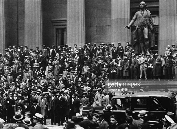 New York Black Thursday People gathering at Wall Street in front of the New York Stock Exchange October 25 1929