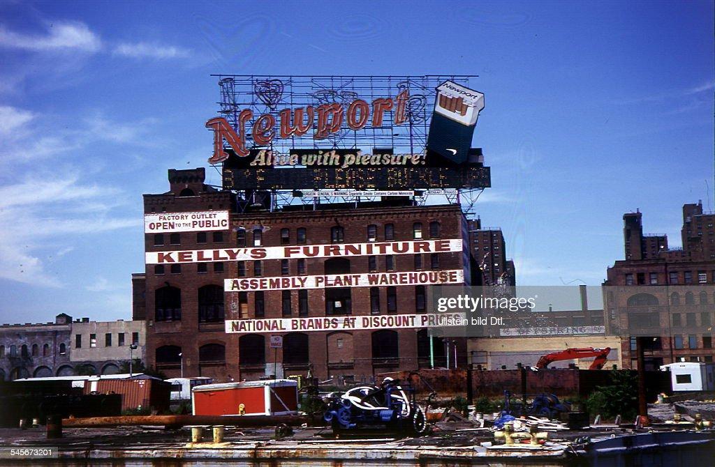 Alte (stillgelegte?) Möbelfabrik; Auf Dem Dach Neonreklame Für Newport    Zigaretten