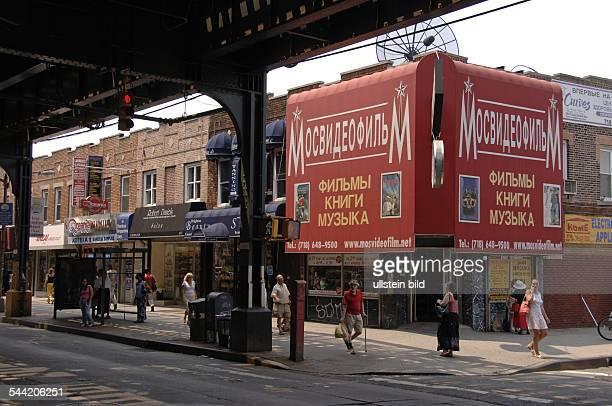 Die Brigton Beach Avenue auf Coney Island Hauptstraße des Russischen Viertels Über der Straße liegt eine vierspurige Trasse der New Yorker Subway