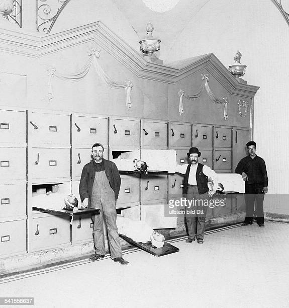 USA New York Bundesstaat State New York City New York misery Staff of a morgue showing freezers with decedents 1903Vintage property of ullstein bild