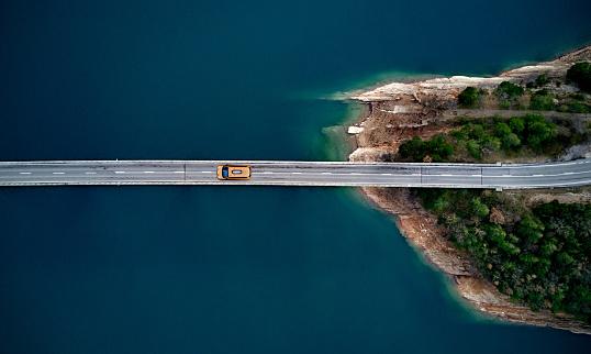 New york cab on a bridge 959149062